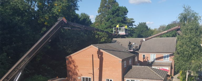 Cleaning roofs using access platforms